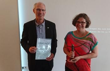 Jens Wagenknecht überreicht der Preisträgerin Dr. Heike Raupach-Rosin die Urkunde. Foto: ZQ / M. Frank