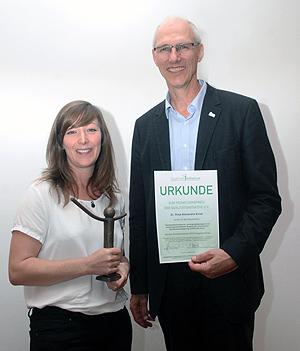 Dr. Sinja Alexandra Ernst erhielt den Promotionspreis der Qualitätsinitiative, übergeben von Jens Wagenknecht. (Foto: T. Lippelt)
