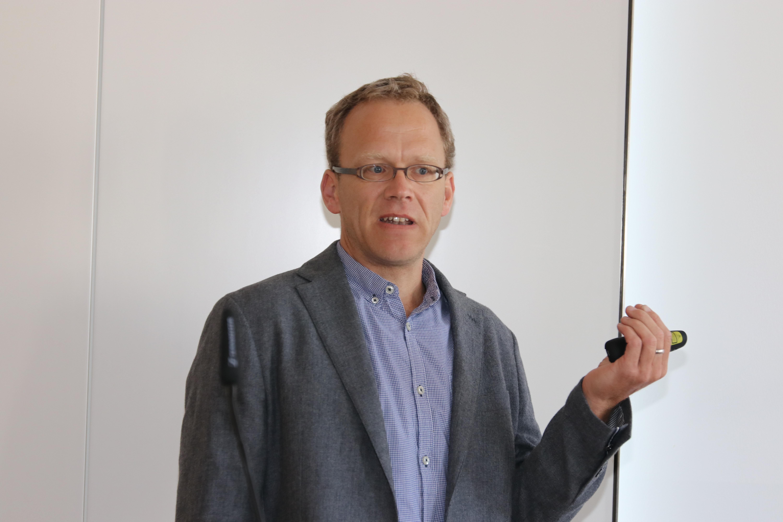 """Aus der Sicht des Hausarztes referierte Privatdozent Dr. med. Guido Schmiemann beim Tag der Qualitätsinitiative über """"Unerwünschte Nebenwirkungen – Arzneimitteltherapiesicherheit in der Praxis"""". (Foto: I. Wünnenberg)."""