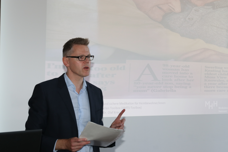 Dr. med. Olaf Krause vom Institut für Allgemeinmedizin der Medizinischen Hochschule Hannover stellte die HIOPP-3 Studie (Hausärztliche Initiative zur Optimierung der Patientensicherheit bei Polypharmazie) vor. (Foto: I. Wünnenberg).